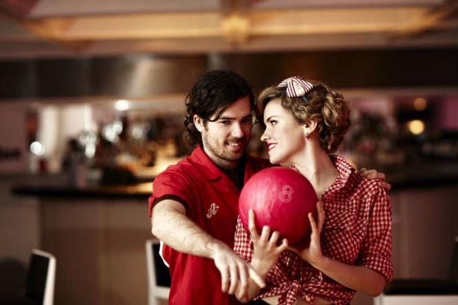 8-1950s-retro-bowling-engagement-shoot-vintage-thaoski-666x444