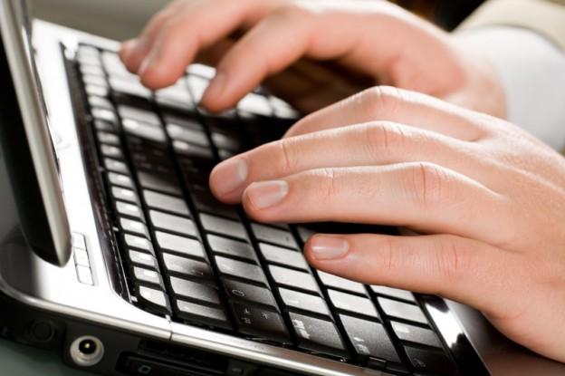 male_hands_typing_jpg_crop_display