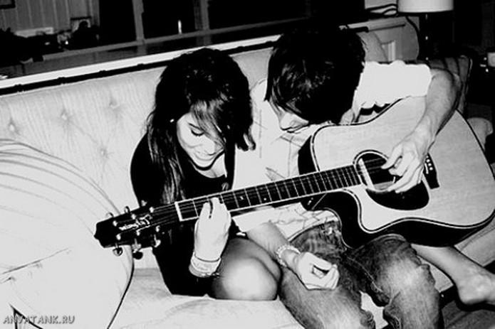 Парень-и-девушка-играют-на-гитаре.