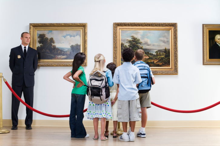 kids-looking-at-art-low-res