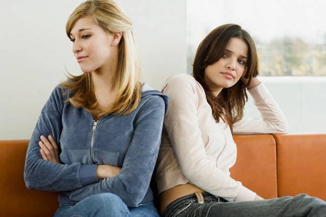 Почему девушка не хочет знакомить с подругами